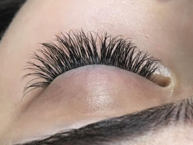 "alt=""Classic eyelash extensions"""