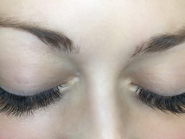 alt=3D Volume Lashes. Top view. Closed eyelids.