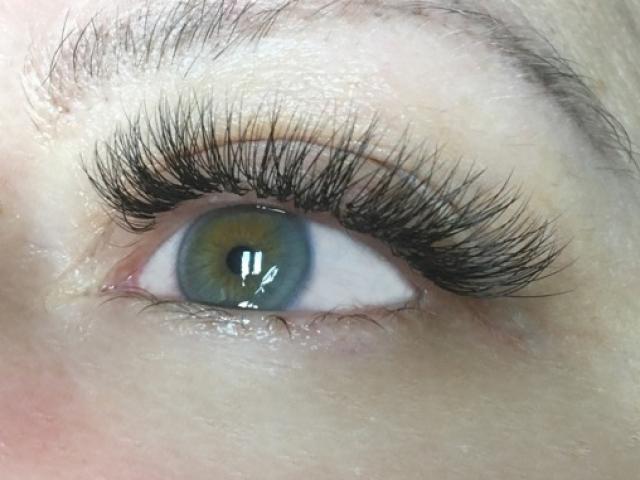 "alt=""Hybrid lashes"""